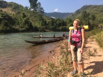 Laos treking, przeprawa przez rzekę