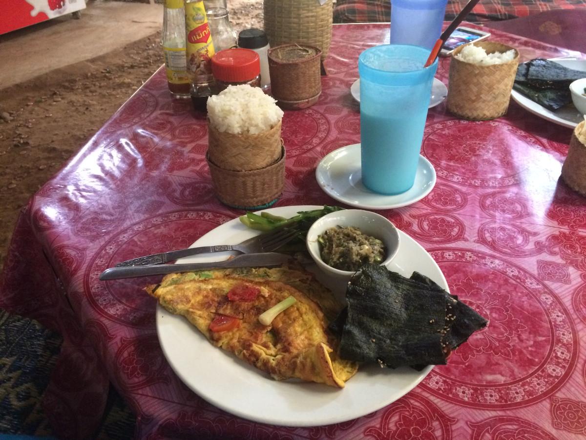 omlet na sniadanie z suszonymi wodorostami i ryżem
