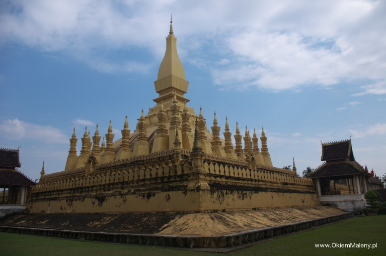Wat Pha That Luang z bliska wygląda ciut gorzej