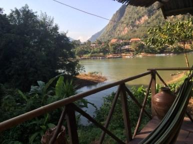 cudny taras nad rzeką w Laosie