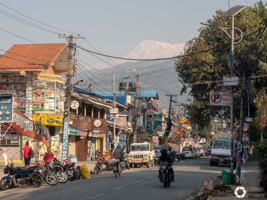 ulice Pokhary i panorama Himalajów