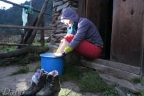 Mycie nóżek w guesthousie w Somdang