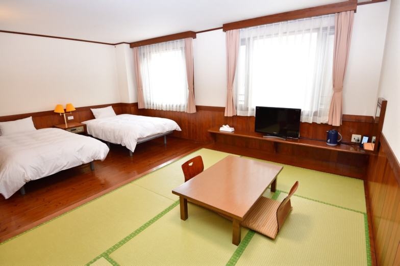 和洋室A ( ツインベッド+6畳 )