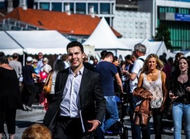 Mann i dress på Gladmat festivalen i Stavanger