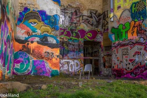Bilde av grafitti stol bakgård Hausmania av Ørjan Liland
