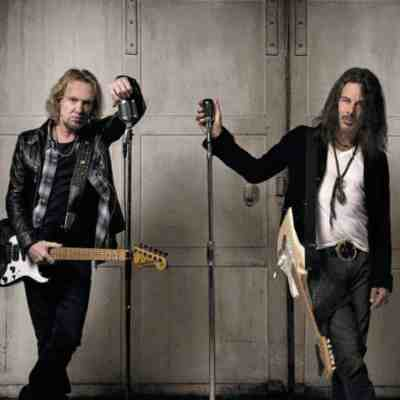 """Iron Maiden trabalha em coisas """"muito emocionantes"""", diz Adrian Smith"""