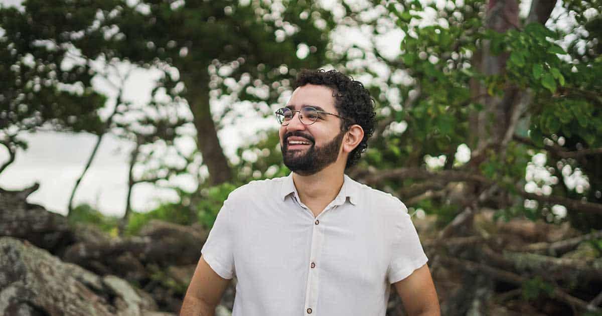 Tiago Rocha canta sobre passado e presente em novo single