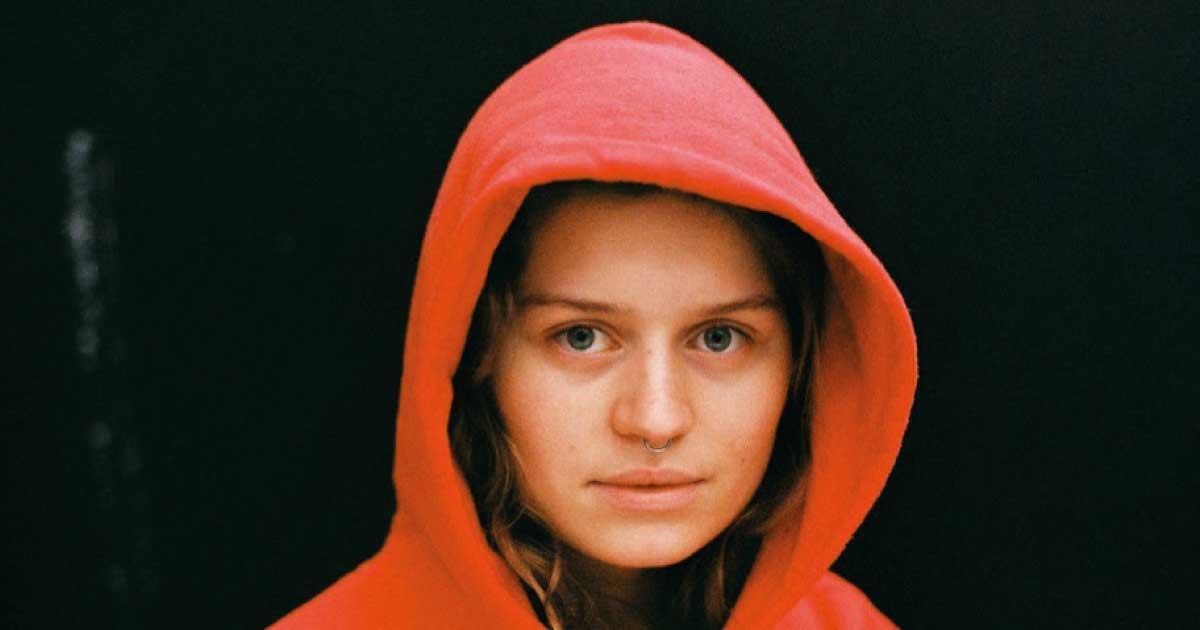 Norueguesa girl in red divulga álbum de estreia; ouça
