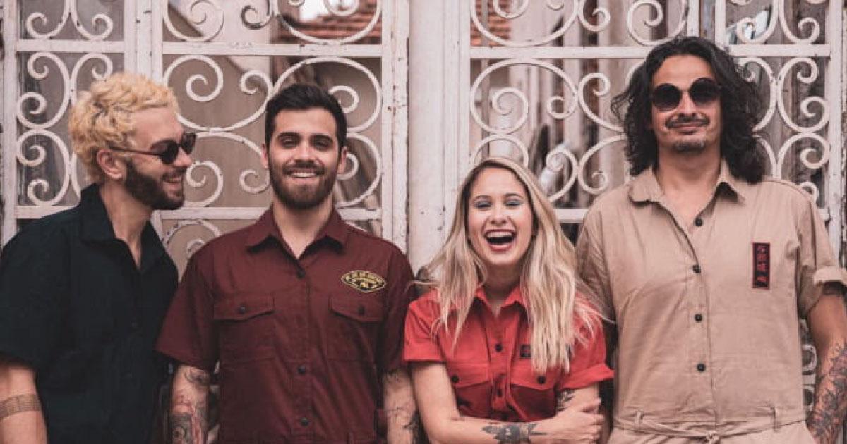 Plutão Já foi Planeta faz primeiro show com nova vocalista