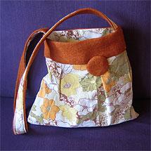 Samma väska sydd av begagnat ylletyg och ett örngott. Nu vänd ut och in.