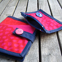 Börsar av röd-rosa gammalt Marimekko-tyg