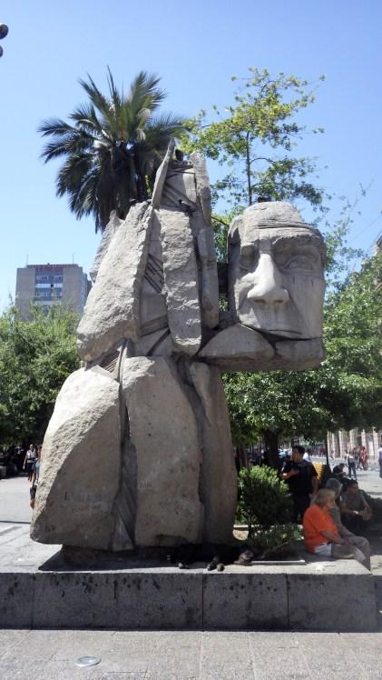 Skulptura pripadnika naroda Mapuche na glavnom trgu u Santiagu
