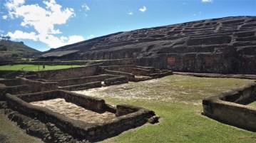El Fuerte, hramovi urezani u stijeni i niše u kojima su stajale mumije