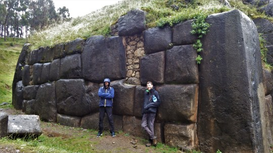 Quenqo - ogromne zidine - muškrci za usporedbu