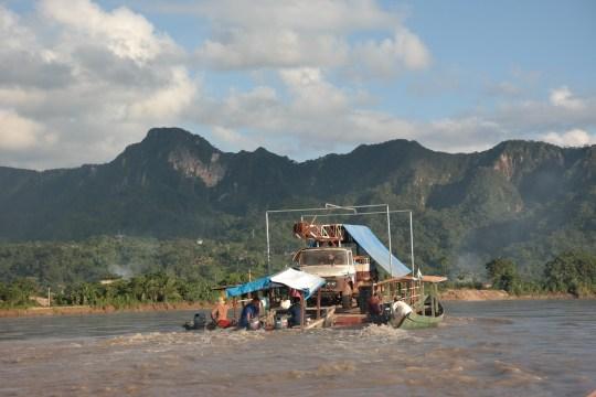 Ovako se prevoze kamioni po rijeci Beni.