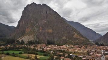 Pogled na selo i ruševine na brdu