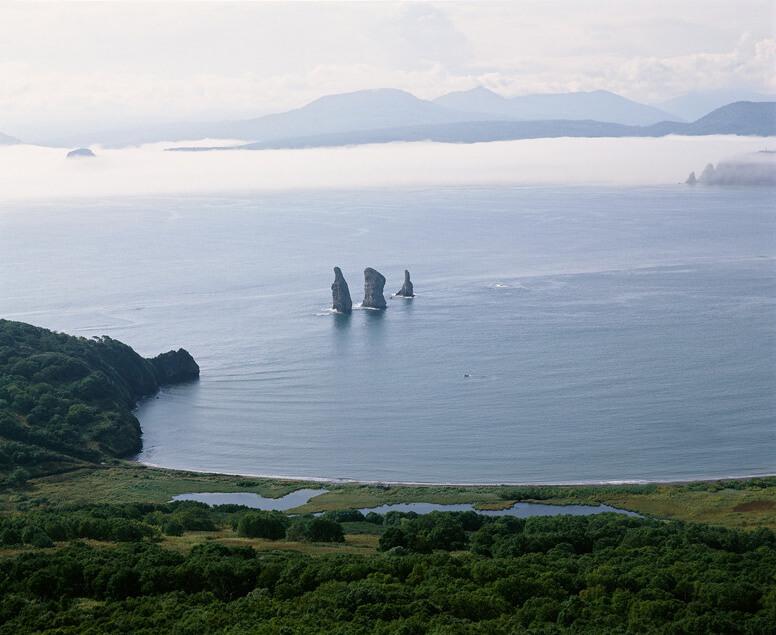 Znikająca ziemia - Kamczatka - foto Skały Trzej Bracia w Zatoce Awaczyńskiej