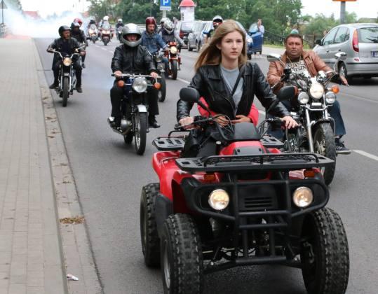 Parada motocykli i aut zabytkowych na ulicach Koła