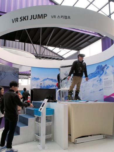 VRを使ったスキージャンプの疑似体験コーナー。台が傾き、下から風が送られる(引用:ITmediaMobile)
