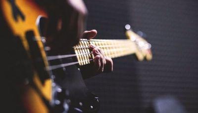come pulire le corde della chitarra elettrica