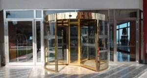 d1 1 300x159 - Niçin otellerin kapıları döner kapıdır?