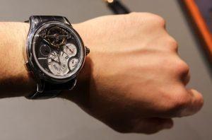 saat2 300x198 - İnsanlar saatlerini niçin sol kollarına takarlar ?