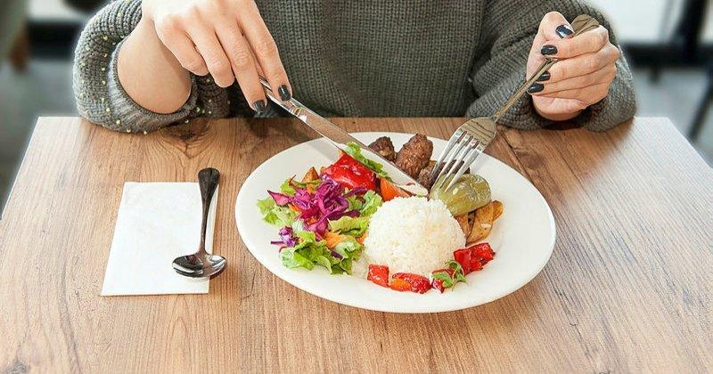sol2 - Yemek yerken çatal niçin sol elde tutuluyor?