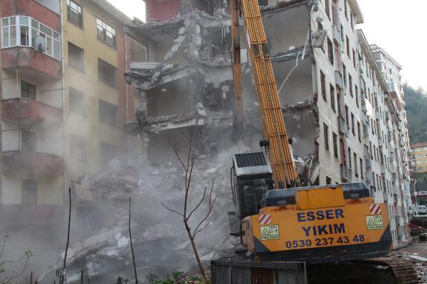 rizede pisa kuleleri olarak anilan egimli binalar yikiliyor 3 wArlUVtZ - Rize'de 'Pisa Kuleleri' olarak anılan eğimli binalar yıkılıyor