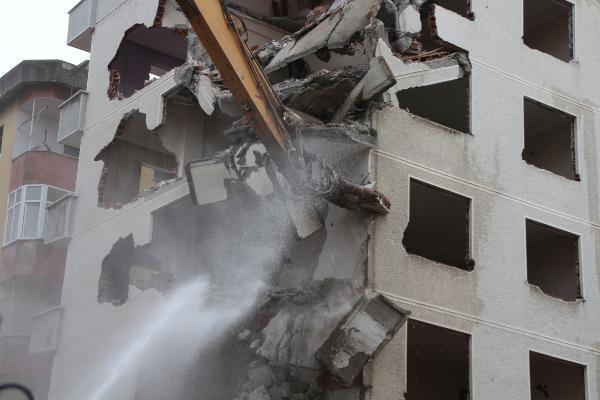 rizede pisa kuleleri olarak anilan egimli binalar yikiliyor 4 p52VLdXj - Rize'de 'Pisa Kuleleri' olarak anılan eğimli binalar yıkılıyor