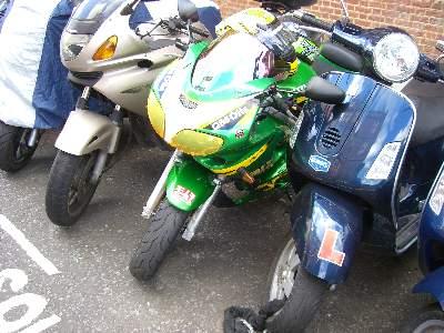 ヨシムラのステッカーを貼ったオートバイ