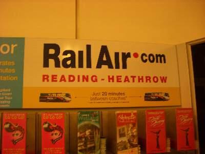 空港にあった RailAir の広告
