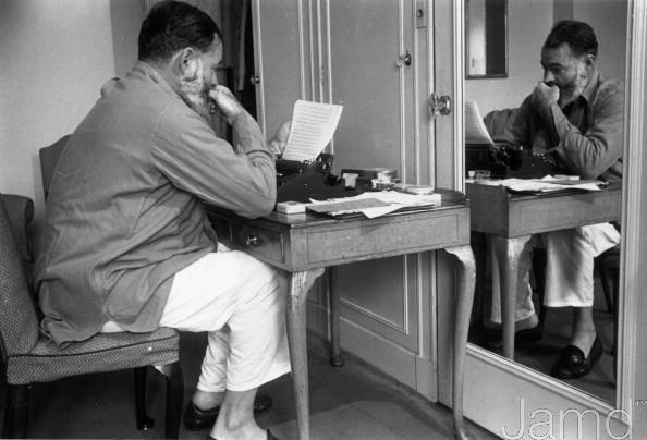 Hemingway blogging | Hemingway a blogar (Kurt Hutton/Getty Images)