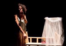 O espetáculonarra a vida de Jezebel, uma travesti que tem como maior desejo ser mãe, mas que vive a sombra da transfobia.