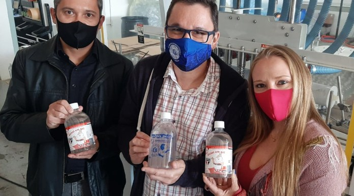Na foto, o casal Juliano e Ludmila Amorim (Martt Química) e Eduardo Pitaluga (Ox Comunicação)