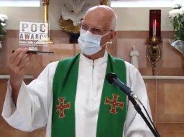 Padre Julio Lancellotti com o troféu Poc Awards – Foto: Henrique de Campos
