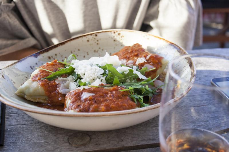 Ravioles épinard et viande hachée avec sauce tomate chez Roest à Anvers - Olamelama