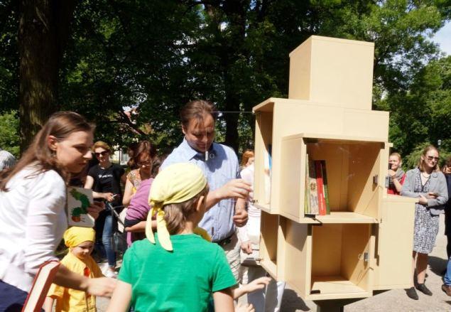 A.Primost/15min nuotr. / Bernardinų sode atidaryta lauko bibliotekėlė