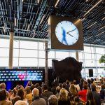 Naujajame Amsterdamo oro uosto laikrodyje vaizduojamas žmogus, rankomis piešiantis minutes