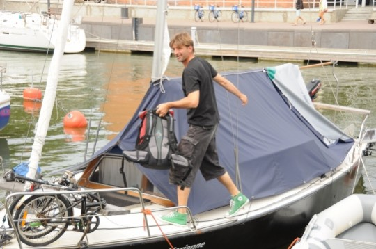 """Vakar Smiltynės jachtų klube sutiktas """"Marianne"""" kapitonas Markas V. dėl įvykusio incidento nė kiek nesikrimto ir patraukė apžiūrėti Kuršių nerijos grožybių. Eimanto Chachlovo nuotr."""