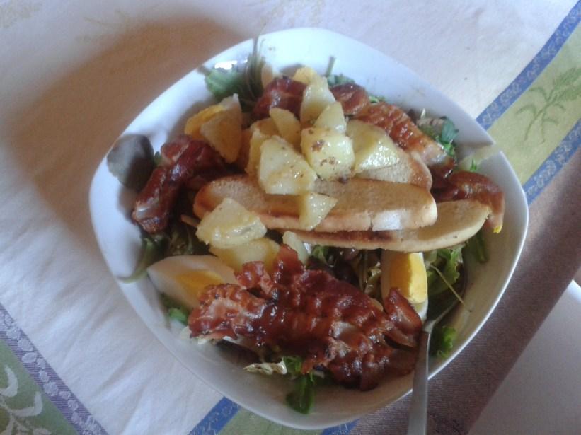 Saláta főtt krumplival és tojással, sült bacon-nel, pirított kenyérszeletekkel