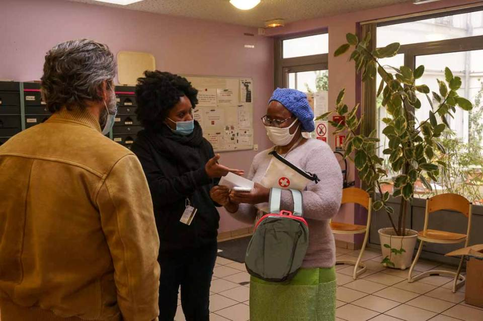 Distribution du Kit OlaTaNea à Marie de la part d'Antonia