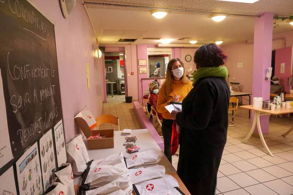 Distribution du Kit OlaTaNea à Ramatoulaye de la part d'André