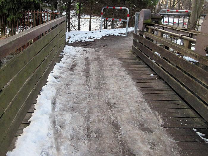 schnee-und-eis-auf-der-bruecke