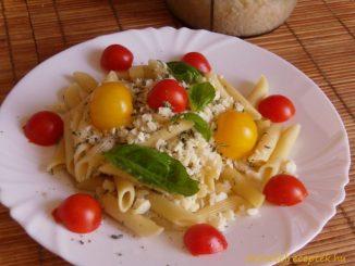 Bazsalikomos-sajtos tészta paradicsommal