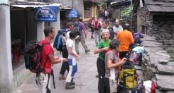 Il gruppo sul sentiero lastricato di Jagat