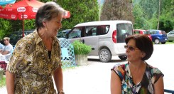 Silvana e Licia distribuiscono lo strudel preparato da Amalia