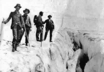 """Escursionisti sul bordo di una """"rima"""" in una foto di fine '800 (Museo delle Guide di Balme)"""