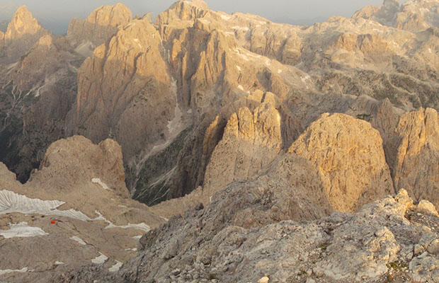 Il bivacco Reali visto dalla cima della Croda Grande