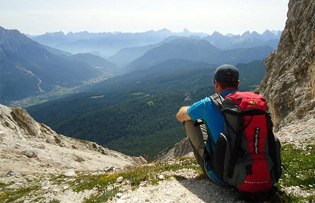 Roberto a godersi il panorama dalla forcella di Val d'Arcia