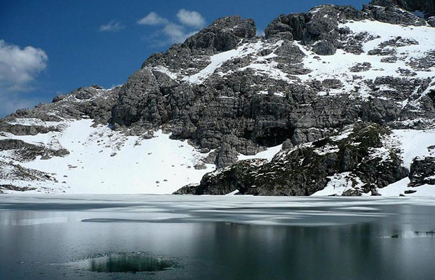 Un lago che per gelo avea di vetro e non d'acqua sembiante